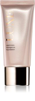 Avon Luxe Makeup lahki tekoči puder s posvetlitvenim učinkom za mat videz