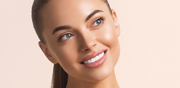 žiarivý úsmev, biele zuby, bielenie zubov