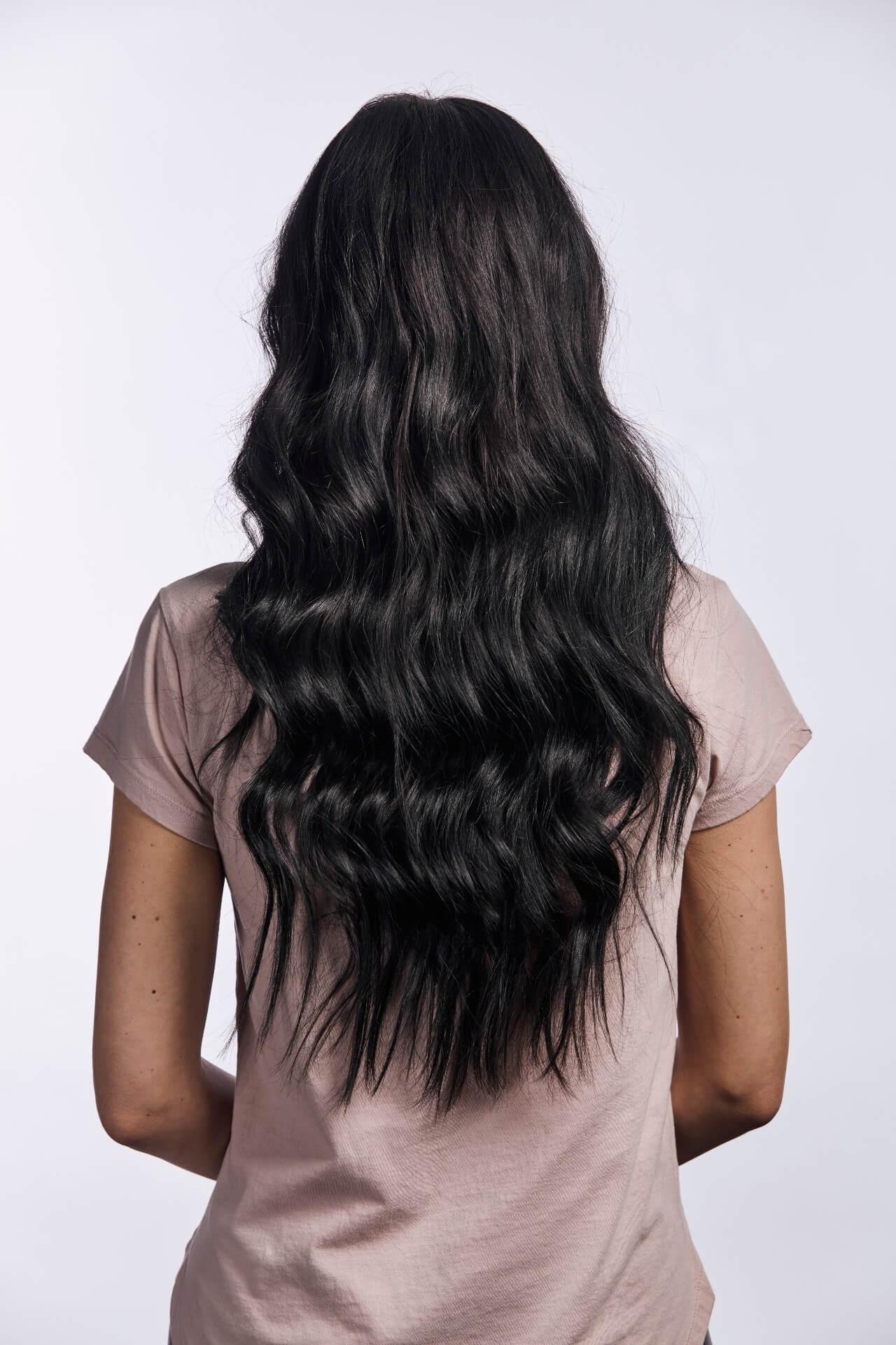 zdravé vlasy, dlhé tmavé vlasy, vlnité vlasy, triky ako na dlhé vlasy