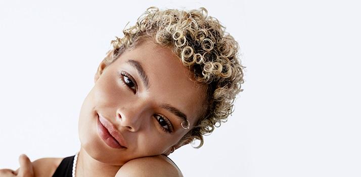 kučeravé blond vlasy, odfarbené kučeravé vlasy