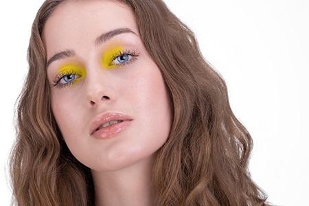 Nontouring, csillámok, neon színek – ismerkedjen meg 2020 beauty trendjeivel!