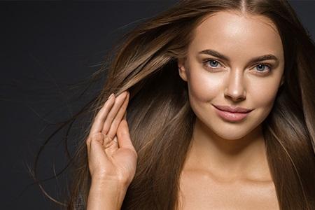Elektryzujące się włosy: 9 skutecznych patentów