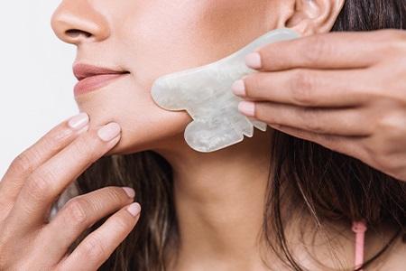 Stop vráskám: Obličejová masáž gua sha