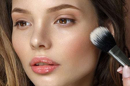 Unreinheiten mit Make-Up abdecken