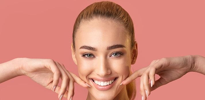 zahnpflege-schallzahnbuerste-gesunde-weisse-zähne-lächeln