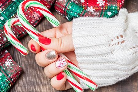 Unghie natalizie: rosso giocoso, glitterato e intramontabile