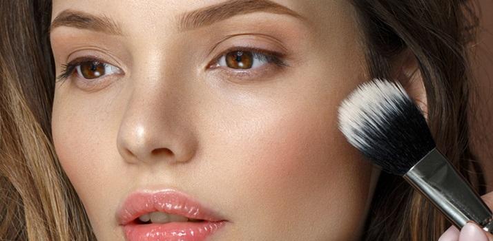 Ako zakryť akné pomocou make-upu