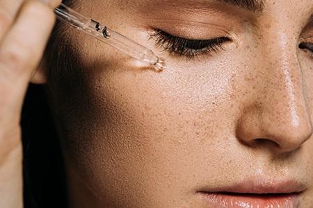 Najboljše olje za obraz: Kako ga izberemo in pravilno uporabljamo?