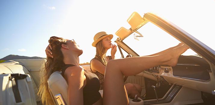 Bucurați-vă pe deplin de frumusețea zilelor de vară cu 5 trucuri rapide de îngrijire alese de Notino,  ideale pentru sezonul estival.