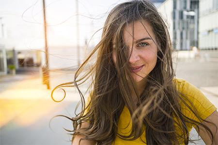 7 zázrakov pre vlasy zničené slnkom, morom aj chlórom